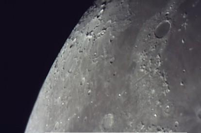 Die Mondkrater Plato (oben rechts) und Aristoteles (unten Mitte), dazwischen das Alpine Tal im Norden des Mare Imbrium am 13.12.2013