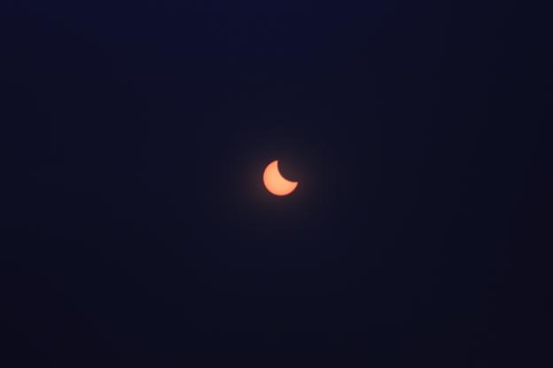Die Sonne während der Finsternis, fotografiert durch die für die Augen gedachte Sonnenschutzfolie